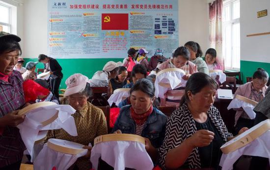 弥沙乡文兴村妇女学习刺绣技能,增加致富途径。(苏金泉 摄)