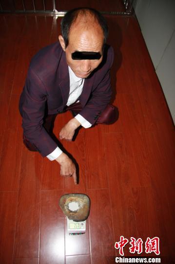 图为嫌疑人刘某投案自首 丁银 摄