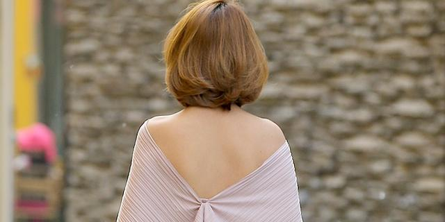 街拍:时尚地标的露背装美女