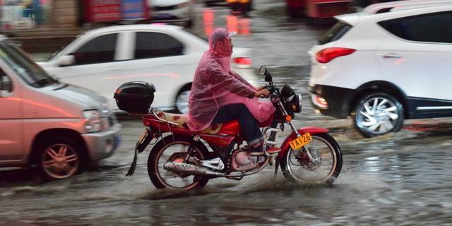 赤峰暴雨马路变河流