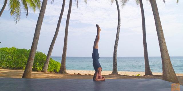 在锡兰最美海岸做瑜伽