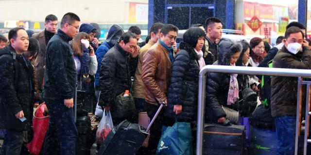 直击春运:风雪中回家的旅客