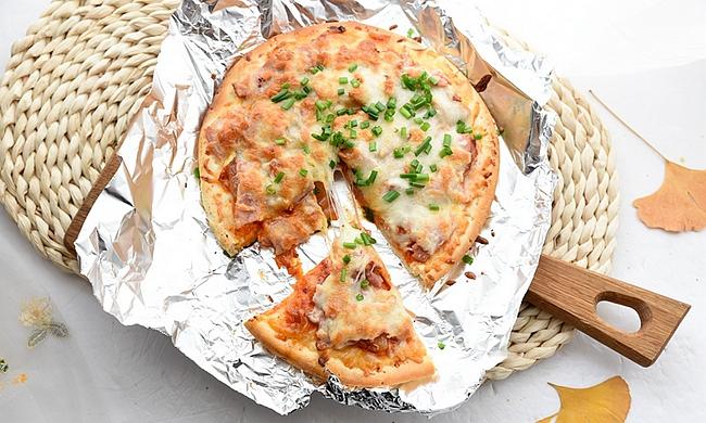 比馅饼都省事的披萨,一个饼一把奶酪,加点泡菜,换个口味更独特