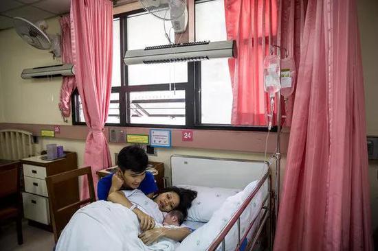 图片来源于:UNICEF/Adriana Zehbrauskas   Supidej Jaithon和他的妻子Nartanana抱着出生几小时的婴儿。