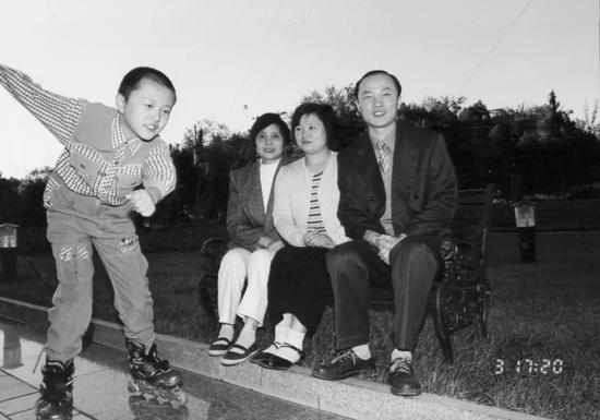 ▲ 陈老师一家人在看儿子滑轮滑   图片提供:陈采霞