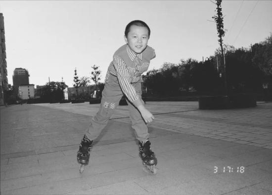 ▲ 儿子玩轮滑时特别开心   图片提供:陈采霞