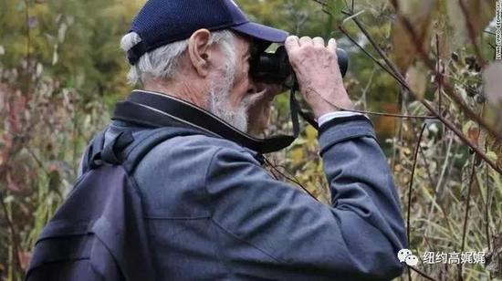 老爷爷Ritchey正在用望远镜,观看鸳鸯。