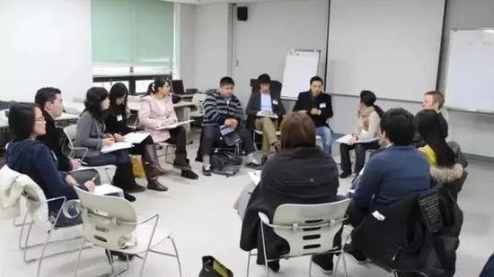 ▲论坛期间的小组讨论   图片来源 / 张钟文