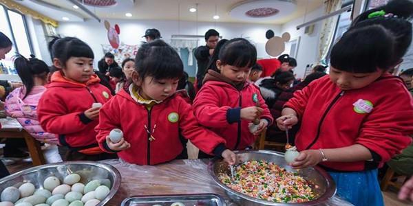 浙江长兴幼儿园制作传统美食