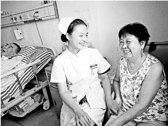 衢州老人对昏睡3年丈夫不离弃 护士被感动做接送司机