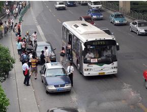 温州1私家车闯公交车道致乘客受伤 私家车司机承担45%责任
