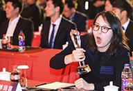 孙杨傅园慧出席颁奖典礼
