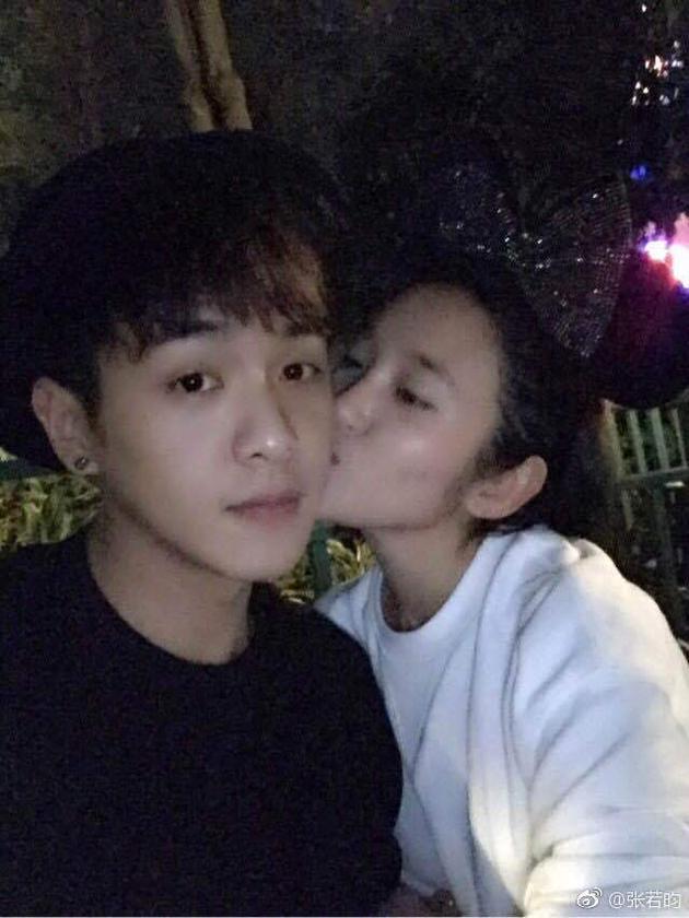 张若昀晒照首次公开与唐艺昕恋情 曾传绯闻六年