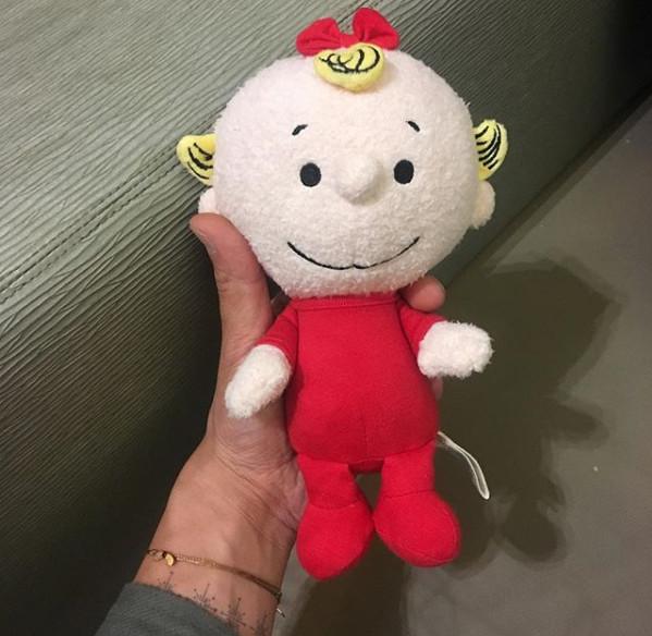 陈冠希手捧可爱布娃娃 网友:这是女儿的玩具吧