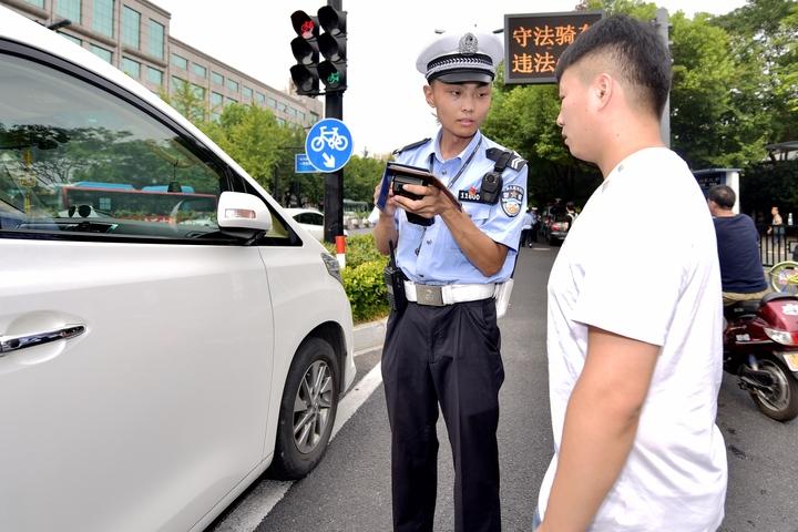 杭州外卖小哥闯红灯 偶遇公安厅厅长徐加爱对其教育