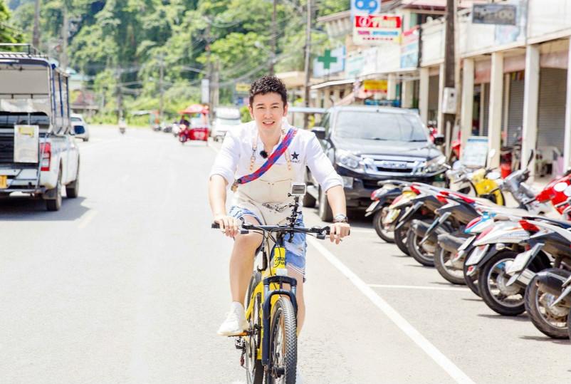 黄晓明骑单车秒变暖男学长 做菜健身两不误