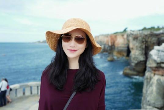 韩雪草帽配长裙 标志微笑优雅迷人