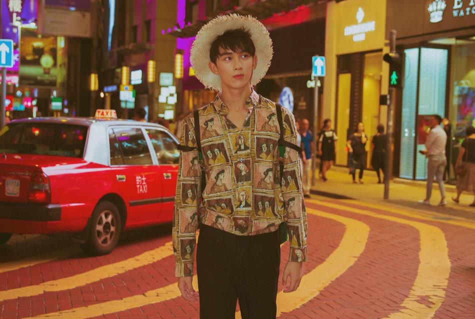 吴磊街拍港风浓郁 街头漫步少年感十足