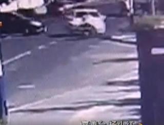 嘉兴1轿车与电瓶车迎面相撞 女子倒地遭碾压