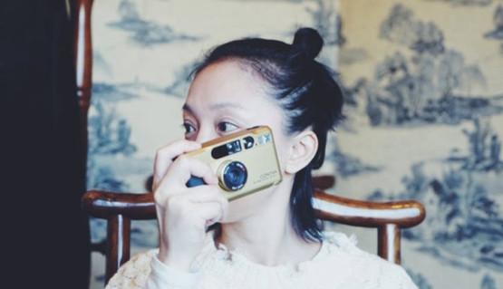 43岁周迅扎丸子头显少女 化身摄影师帮陈坤拍照
