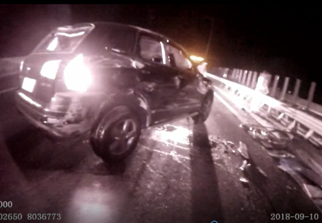 湖州1工程车行驶中轮胎飞了 对向车道的6辆车遭了秧