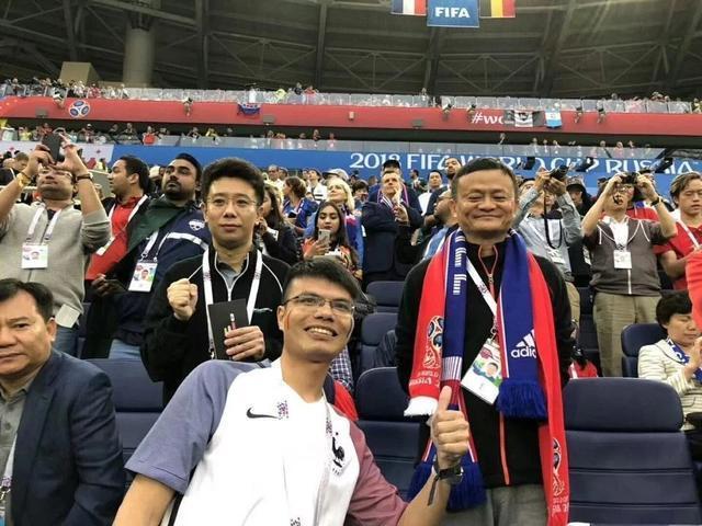 马云现身世界杯半决赛看台 苏宁张近东坐其身旁(图)
