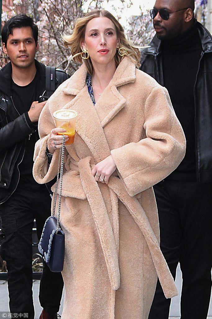 惠特妮·波特穿咖系毛绒大衣 不小心脚崴仍保持淡定