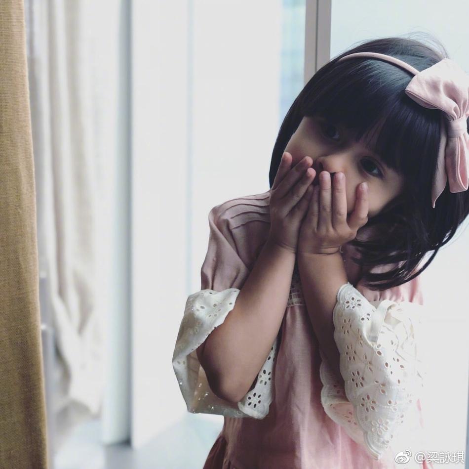 梁咏琪晒女儿萌照 混血娃娃深眼窝双眼皮精致可爱