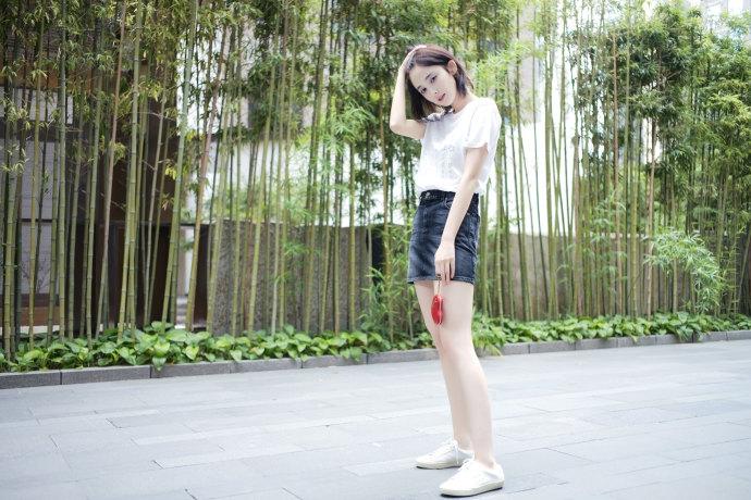 古力娜扎穿T恤短裙凹造型 美腿白嫩可爱捧心很少女