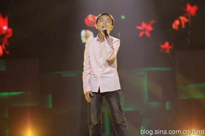 俊凯童年照平头造型五官清秀 网友:唱歌姿势都没变过