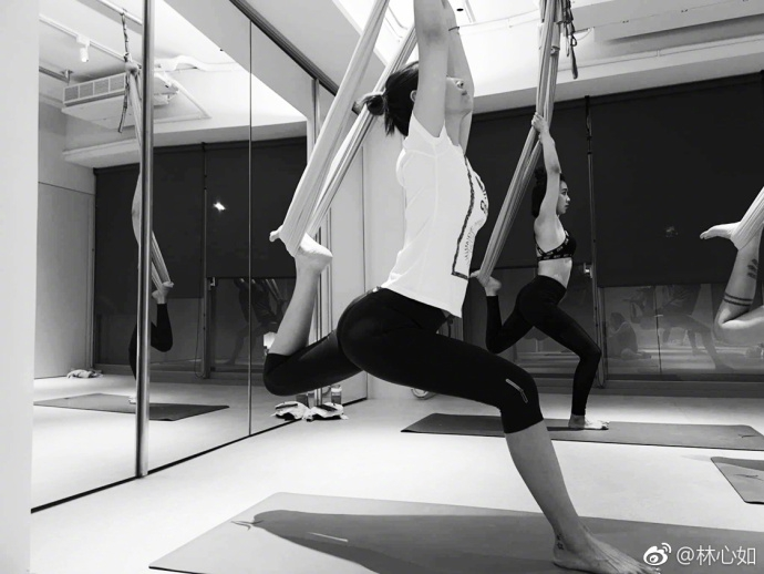 辣妈林心如练瑜伽秀高难度姿势 倒立下腰曲线亮眼