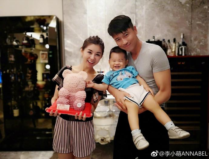 李小萌曬全家福為自己慶生 與黃宏等參加活動笑容甜