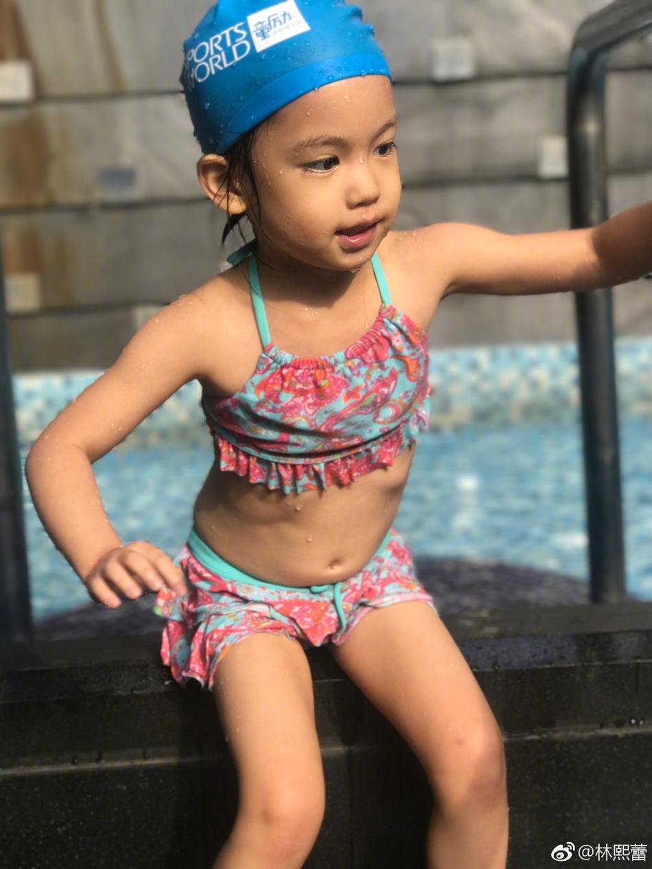 林熙蕾晒女儿游泳萌照坑娃 四岁女儿大笑牙龈全露