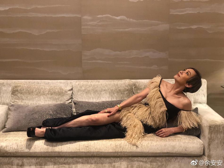 周润发前妻余安安开衩裙露长腿 横躺沙发身材火辣