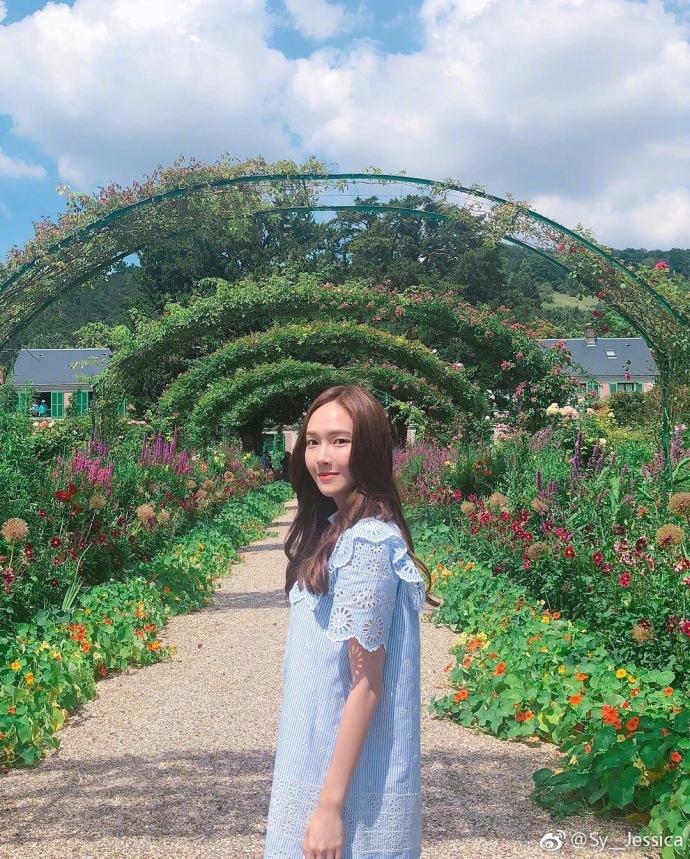 Jessica穿蓝色长裙漫步花园 低头甜笑变身花仙子
