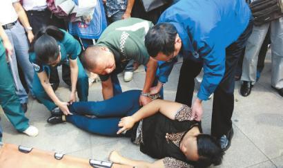 杭州7旬老太陪孙女入学考试晕倒 原是长期缺牙惹的祸