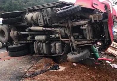 衢州320国道两车相撞一人被困 消防员成功解救