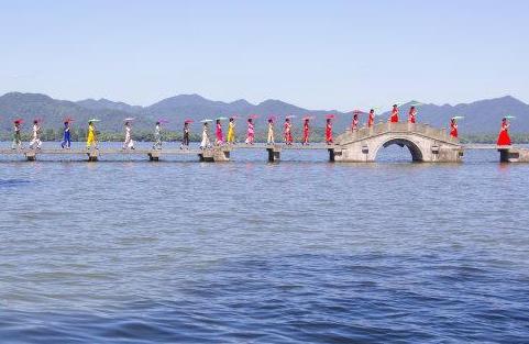 西湖上演旗袍秀 妙曼身姿成靓丽风景
