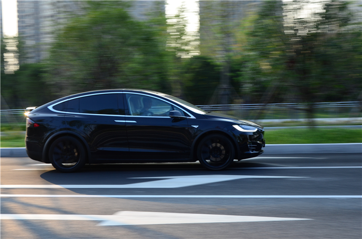 Model X的车头短,坐姿高,它的前方视野真的很好