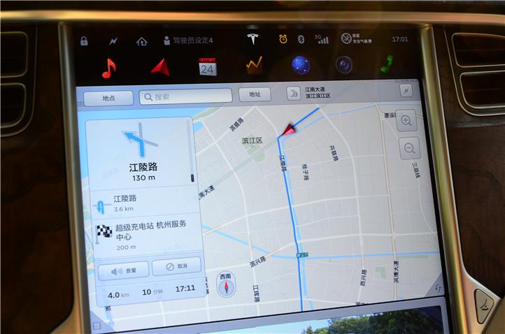 17英寸显示屏可以分上下屏显示,比如上半屏幕显示导航信息,下半屏显示车后影像
