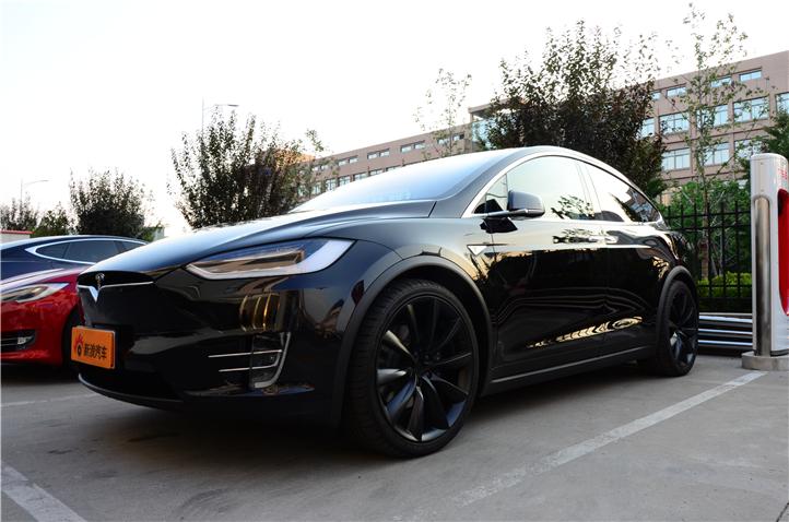 Model X 的设计以安全为首要考虑因素。电池组位于车辆底部,这使 Model X 的重心比同类 SUV 更低, 可减少 50% 的侧翻风险。
