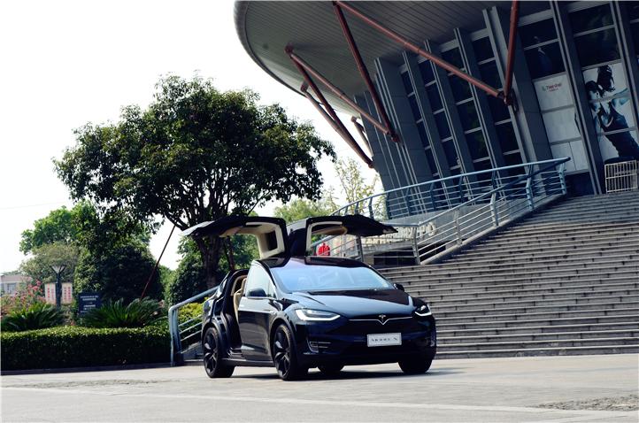 Tesla Model X是一款全尺寸纯电动SUV车型,2015年9月30日正式交车。