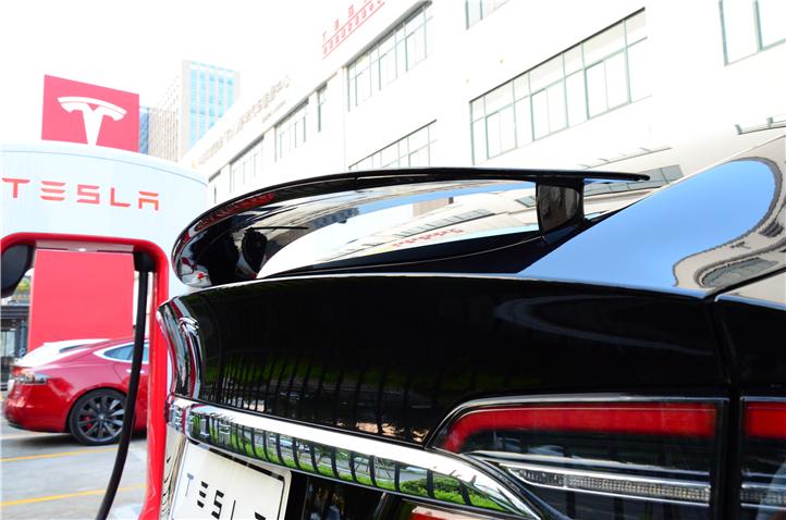 Model X车型的电动尾翼拥有三个位置可以调节,在停车的时候会完全收起;低速时,尾翼升起但会保证车内后视镜的视野;高速时,尾翼会继续提升角度来改善尾部乱流。