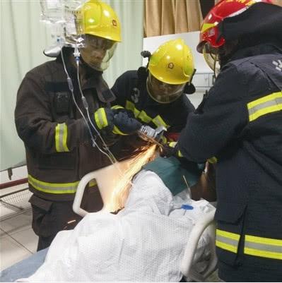 消防队员为伤者切割钢筋 通讯员 供图