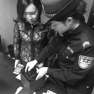 王女士(左)从办案民警手中取回遗失的手表
