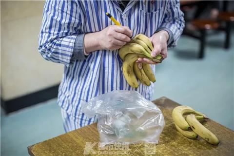 一位患者在家属买来的香蕉上,一一写上自己的名字,按日领取,避免过度饮食,也能锻炼自理能力。遇到不太会写字的,医护人员会帮忙标注好。