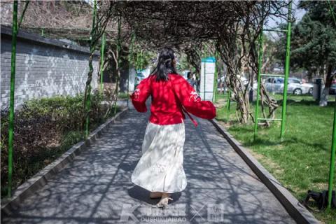 穿着汉服的重度抑郁症患者江兰(化名)来到医院进行复查,她此前也在精神六科住院治疗。