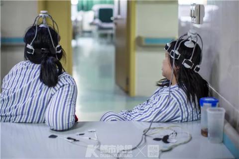 两位患者在接受慢性小脑电刺激术治疗。