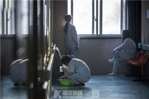 晚饭结束后,天还没暗,走廊尽头,有患者在洗漱,也有患者看着窗外等待天黑。