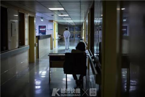 深夜时分,一位患者睡不着觉,只好在走廊里来回走动。